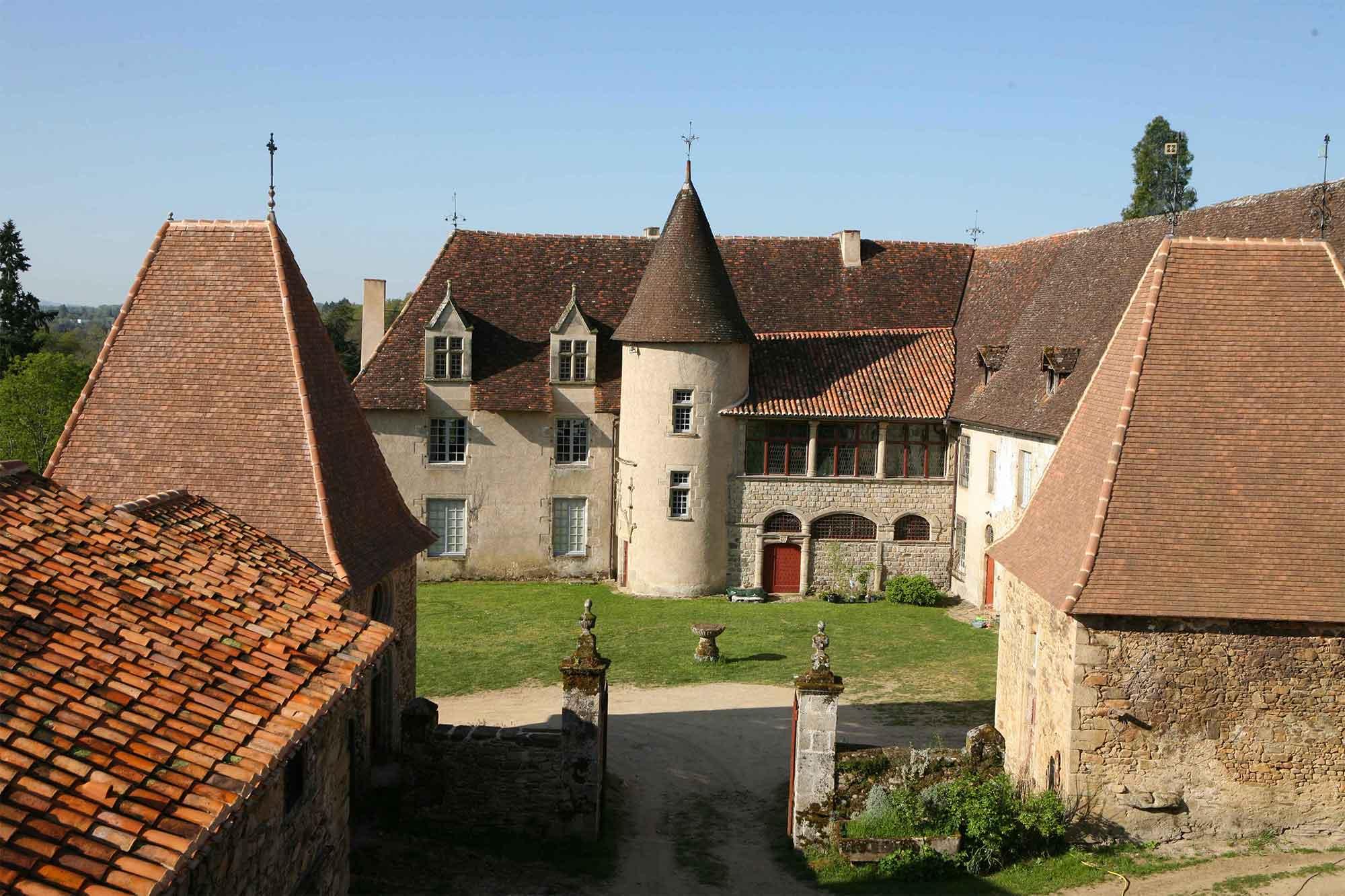 Cours du château de Losmonerie